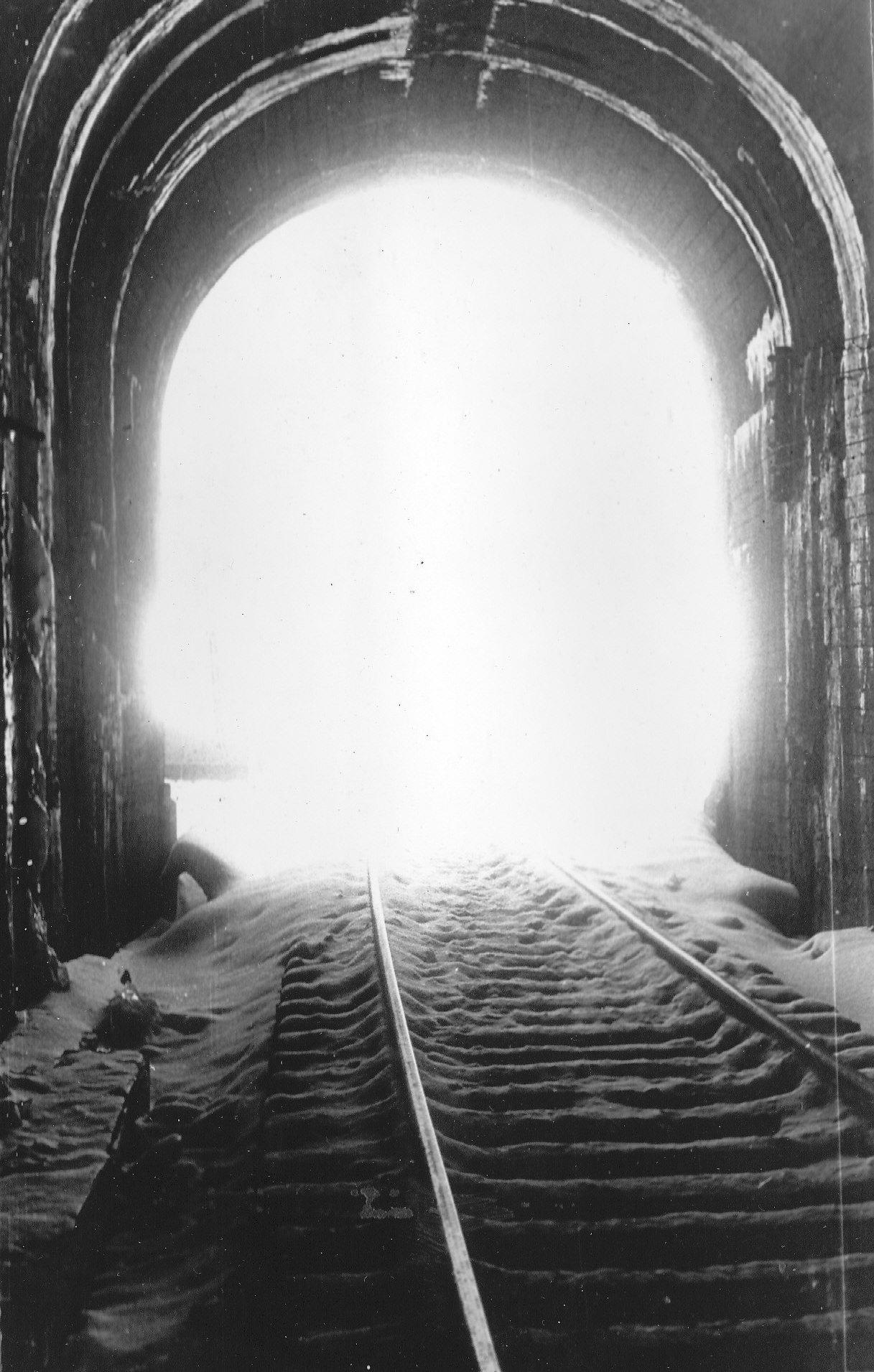 Лет, открытка свет в конце тоннеля